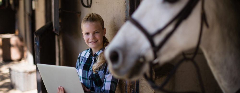 """Rechtsanwältin und Pferderechts-Expertin Nina Ollinger präsentiert ihre Masterclass """"die Rechts-Galoppade"""" in der Online-Akademie"""